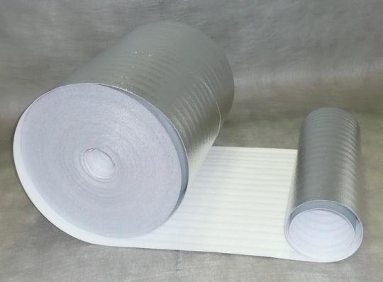 Lepenie reflexnej folie za radiator